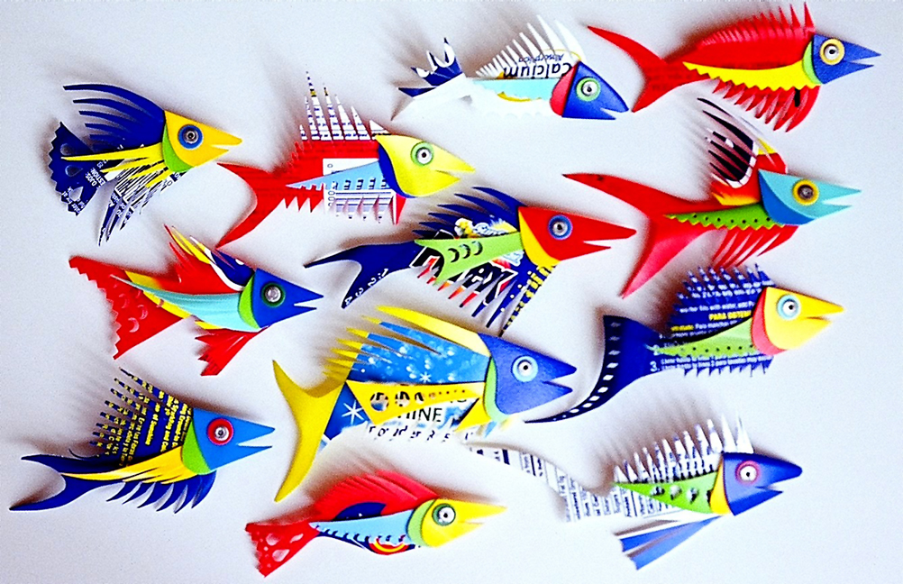 Рыбы из пластиковых бутылок. http://domovenok.kz/2009/10/26/ryba...ikovyx-butylok.  Таких ярких и симпатичных рыб...